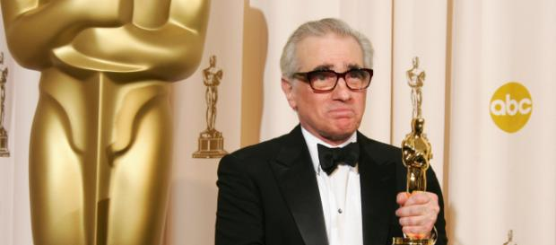 Martin Scorsese exibindo statueta do Oscar (Fonte: cheatsheet.com)