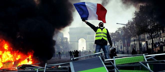Gilet Gialli, tla Francia si infiamma: Eliseo teme un golpe