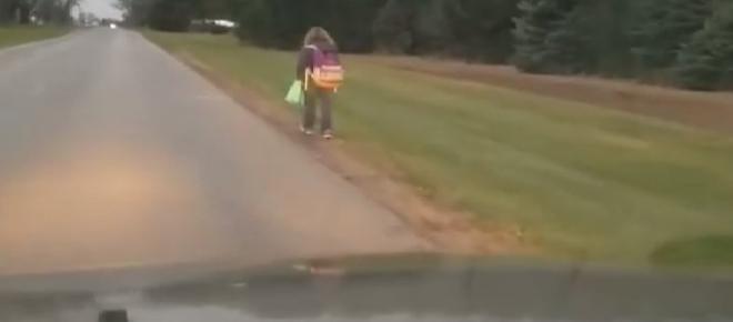 Pai faz filha de 10 anos caminhar 8 km para castigá-la por ter praticado bullying