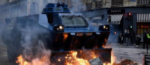 Blindado de la Gendarmería atravesando una barricada en París. Foto: Bertrand Guay | AFP