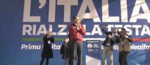 Salvini alla manifestazione della Lega con la maglia della Polizia