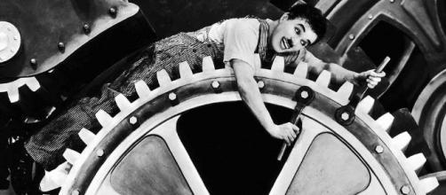 """Charlie Chaplin en """"Tiempos Modernos"""" estrenada el 5 de febrero de 1936"""