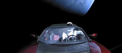 en lugar de enviar al Roadster en un viaje al cinturón de asteroides entre Marte y Júpiter. Esta imagen muestra la vista hacia la Tierra