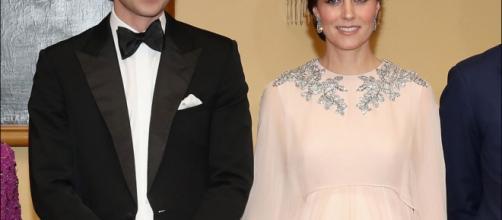 glamoroso vestido rosa de la princesa acompañadadel principe william