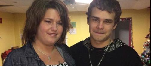 Steven Bertrand (derecha) en la foto con su madre Julie (izquierda) que estaba allí cuando le dispararon a su hijo