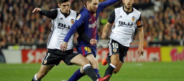 El Valencia resiste en la Liga ante la indignación del Barcelona