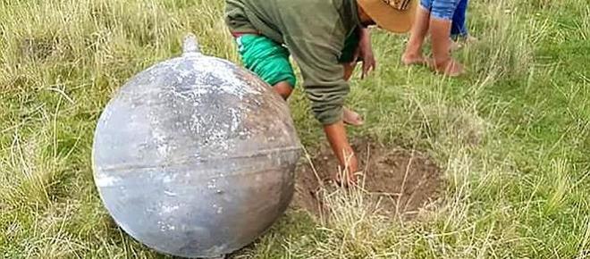 VIDEO: Mister total! Trei sfere metalice uriașe au căzut din cer în flăcări