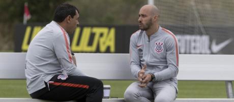Direção do Corinthians continua em busca de reforços