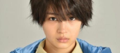 Suzu Hirose caracterizando a la protagonista.