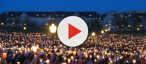Students attend candlelight vigil held after the 2007 massacre and mass school shooting at Virginia Tech (Image via Commons.Wikimedia.org)