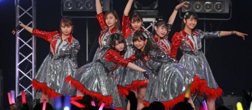 Juice=Juice performs live at Zepp Divercity at a promotional event. [Image via Tokyo Girls' Update on Twitter]