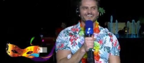 Marcos Harter cai na folia ao cobrir o Carnaval para a RedeTV!