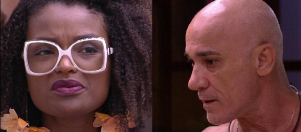 Ayrton e Nayara se 'pegam' dentro da casa em discussão