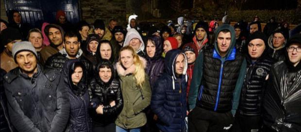 """Românii care lucrau la ferma patronului arestat pentru că îi trata ca pe """"sclavi"""", s-au întors la muncă - Foto: Daily Mail"""