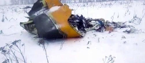 I resti dell'Antonov An-148 precipitato ieri cinque minuti dopo il decollo. Tutte morte le 71 persone a bordo.