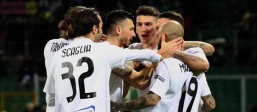 Nella foto, della Lega B, i calciatori del Foggia esultano dopo il gol dell'1-1 segnato da Duhamel
