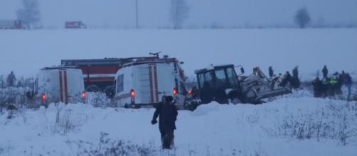 Serviços de emergência trabalham no local do acidente (Foto: Maxim Shemetov/Reuters)