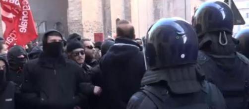 Un'immagine degli scontri di Piacenza tra carabinieri e manifestanti anti Casapound