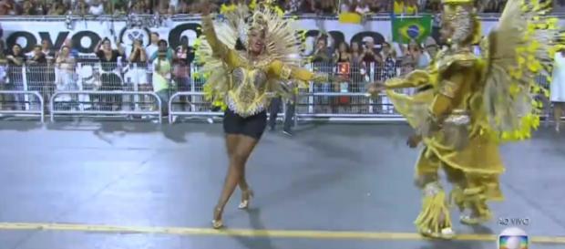 Laís Moreira, porta-bandeira, teve dificuldades no desfile. (Foto Reprodução).