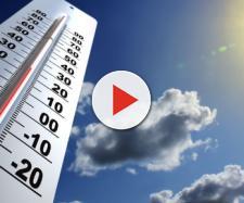 Un termometro e il cielo sereno