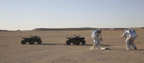Los astronautas trabajan en el desierto Omán para la misión del hombre a Marte