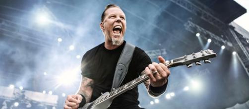 Durante concierto James Hetfield cae del escenario
