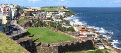 Old San Juan facing El Morro (Image credit – Mmccalpin, Wikimedia Commons)