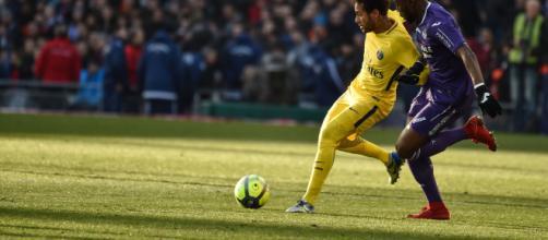 Yaya Sanogo pelea con Neymar en el triunfo 1-0 de PSG sobre Toulouse