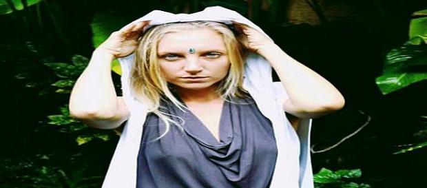 Bela jovem ensina mulheres de todo o mundo a beber sangue de menstruação (Daily Mail via Caters News Agency)