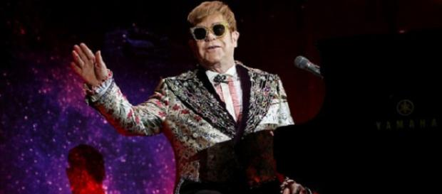 Elton John incomodado com incidente com seu cachorro