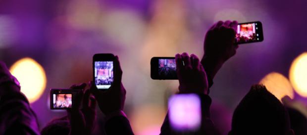 Implementan bolsas para evitar grabar vídeo de una presentación en vivo