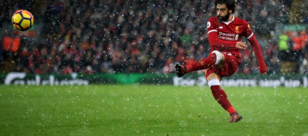 Mohamed Salah en acción para Liverpool contra Everton en medio de la nieve en Anfield en diciembre.