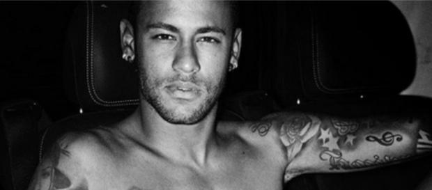 Neymar posa quase nu e quebra a internet