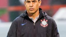 Corinthians traz zagueiro para reforçar equipe; time ainda procura por atacante