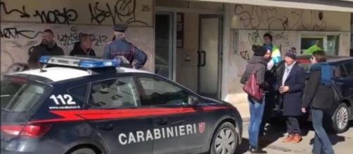 Carabinieri e passanti sul luogo del delitto: lo studio dentistico dove la donna lavorava.