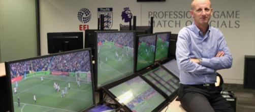 El árbitro asistente de video, también conocido por las siglas en ingles VAR