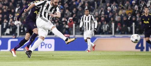 Gonzalo Higuaín exhibe aplomo y precisión para convertir a la Juventus en una ventaja de segundo minuto.