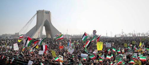 Irán exhibe nuevos misiles en el 39º Aniversario de Revolución. - israeluni.com