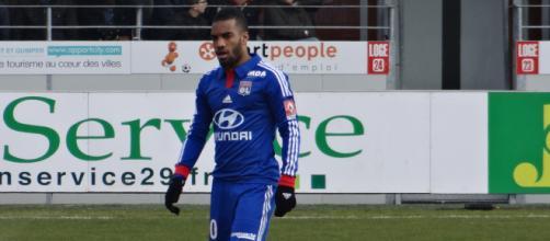 Lacazette, nella foto con la maglia del Lione, è oggi un giocatore dell'Arsenal