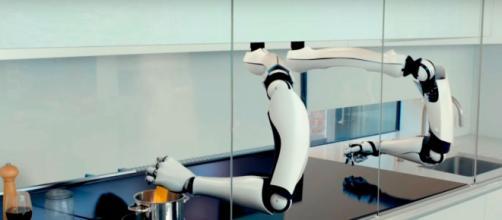 Robot capaz de simular movimientos en tiempo real para preparar té