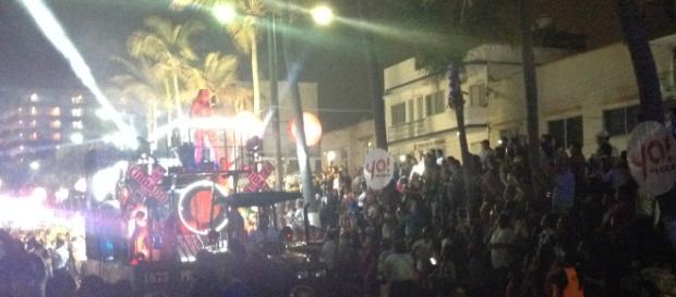 Pasaron bailando los veracruzanos de todos los barrios con atuendos grandilocuentes.