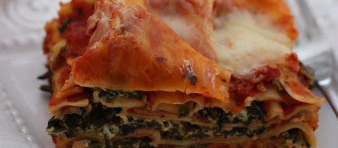 Fogli di lasagna con besciamella e spinaci