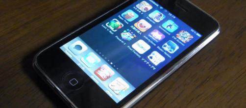 New iOS bug can crash iPhones. [image source: flickr/Tako Goto]