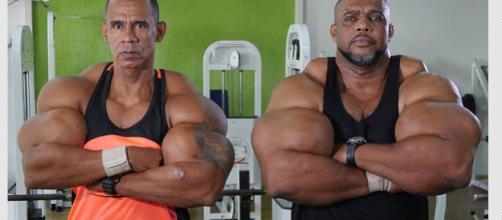Irmãos chamados de Hulk e Conan