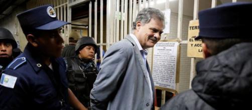 Presidente de Oxfam es detenido en redada anticorrupción