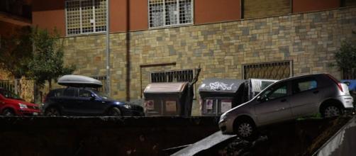 Roma: Crolla la strada una grande voragine 'inghiottisce' le macchine