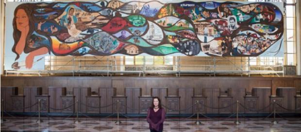 Barbara Carrasco fotografió con secciones de su mural, LA History A Mexican Perspective (1981).