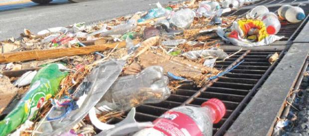 La gente tira basura en las calles sin medir las consecuencias