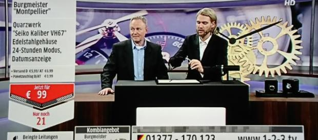 """Robin Bade (re.) und der Burgmeister-""""Experte"""" verkaufen eine edle Luxusuhr für unter 100 Euro / Foto: 123tv Screenshot"""