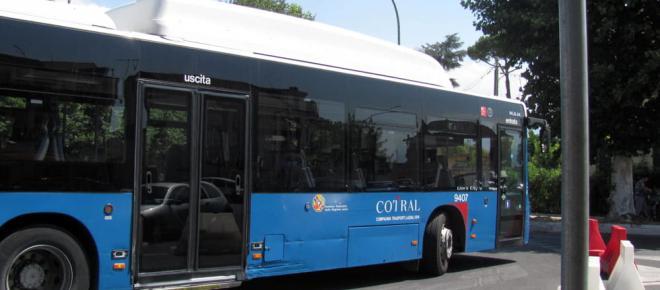 Roma, inseriva aghi di siringa nei sedili del bus